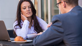 Бизнесмен и коммерсантки имея встречу внутри  Стоковое Фото
