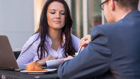 Бизнесмен и коммерсантки имея встречу внутри  Стоковая Фотография RF