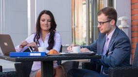 Бизнесмен и коммерсантки имея встречу в кафе. Стоковые Фото