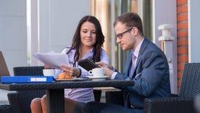 Бизнесмен и коммерсантки имея встречу в кафе. Стоковые Изображения