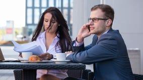 Бизнесмен и коммерсантки имея встречу в кафе. Стоковое Изображение RF