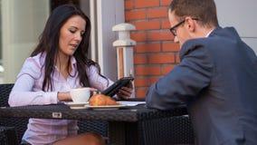 Бизнесмен и коммерсантки имея встречу в кафе. Стоковые Фотографии RF