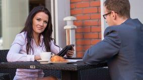 Бизнесмен и коммерсантки имея встречу в кафе. Стоковое Изображение