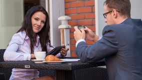 Бизнесмен и коммерсантки имея встречу в кафе. Стоковое Фото