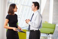 Бизнесмен и коммерсантки имея встречу в офисе Стоковое Фото