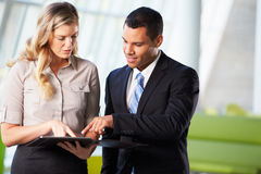 Бизнесмен и коммерсантки имея неофициальное заседание в офисе Стоковые Фото