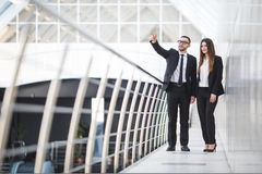 Бизнесмен и коммерсантки имея неофициальное заседание в офисе и обсуждая планы Указанная женщина Стоковая Фотография