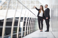 Бизнесмен и коммерсантки имея неофициальное заседание в офисе и обсуждая планы Указанная женщина Стоковые Изображения RF