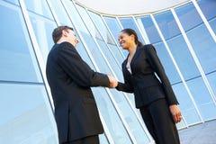 Бизнесмен и коммерсантки тряся руки вне офиса Стоковые Изображения