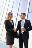 Бизнесмен и коммерсантки тряся руки вне офиса Стоковые Изображения RF
