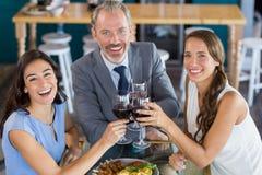 Бизнесмен и коллега провозглашать стекла вина в ресторане Стоковая Фотография RF