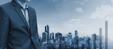 Бизнесмен и повышение изображают диаграммой диаграмму с предпосылкой города Рост и вклад дела стоковое изображение