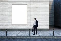 Бизнесмен и пустая афиша стоковые фотографии rf