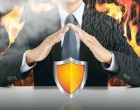 Бизнесмен и экран с предпосылкой огня стоковые изображения rf