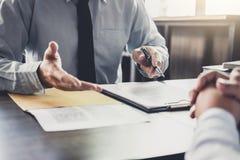 Бизнесмен и юрист или судья мужчины советуют с иметь встречу команды стоковое изображение
