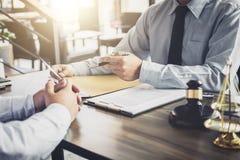 Бизнесмен и юрист или судья мужчины советуют с иметь встречу команды стоковые фотографии rf