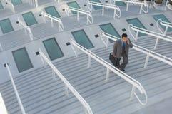 Бизнесмен идя вверх по лестницам Стоковое Фото