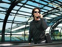 Бизнесмен идя в lo авиапорта Стоковое фото RF