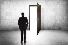 Бизнесмен идя к открыть двери Стоковое фото RF