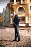 Бизнесмен идя на вымощать дорогу Стоковые Фотографии RF