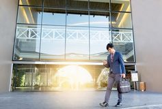 Бизнесмен идя на лестницы и используя smartphone outdoors стоковые фотографии rf