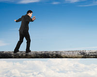 Бизнесмен идя на ствол дерева Стоковые Фото