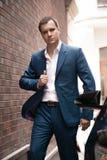 Бизнесмен идя на улицу Стоковая Фотография