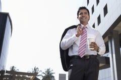 Бизнесмен идя с на вынос кофейной чашкой Outdoors Стоковые Фотографии RF