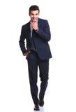 Бизнесмен идя с одной рукой в его карманн Стоковые Фото