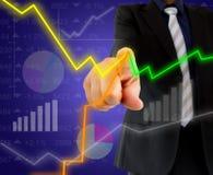 Бизнесмен касаясь графикам состояния запасов Стоковое Изображение RF