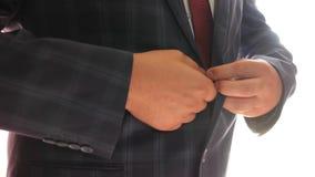 Бизнесмен кладет дальше синий пиджак в клетку кнопка человека вверх по его кнопкам на его куртке работник офиса получает одетым в видеоматериал
