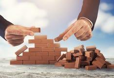Бизнесмен кладет кирпич для построения стены Концепция новых дела, партнерства, интеграции и запуска стоковая фотография