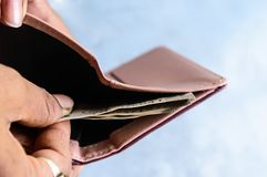 Бизнесмен кладя или принимая вне или оплачивая банкноты индийской рупии от кожаного бумажника Изолированная белая предпосылка Зар стоковые изображения