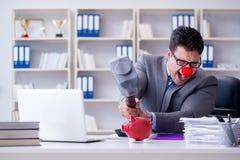Бизнесмен клоуна с копилкой и молотком Стоковое Изображение