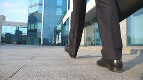 Бизнесмен коммутируя для работы Уверенно парень в костюме находясь на его пути к офисному зданию Молодой бизнесмен с a Стоковые Изображения