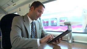 Бизнесмен коммутируя на поезде используя таблетку цифров акции видеоматериалы