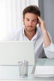 Бизнесмен концентрируя на работе компьютера Стоковое фото RF