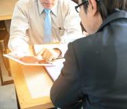 Бизнесмен концепции совместно и беседа о работе Стоковое фото RF