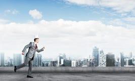 Бизнесмен короля в элегантном костюме бежать на крыше и деловом центре здания на предпосылке Стоковые Изображения RF