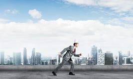 Бизнесмен короля в элегантном костюме бежать на крыше и деловом центре здания на предпосылке Стоковые Изображения