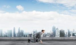 Бизнесмен короля в элегантном костюме бежать на крыше и деловом центре здания на предпосылке Стоковые Фотографии RF