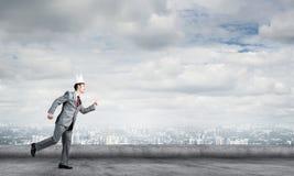 Бизнесмен короля в элегантном костюме бежать на крыше и деловом центре здания на предпосылке Стоковое Фото