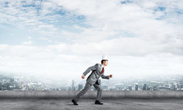 Бизнесмен короля в элегантном костюме бежать на крыше и деловом центре здания на предпосылке Стоковая Фотография RF