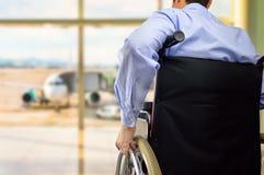 Бизнесмен кресло-коляскы на авиапорте стоковые изображения