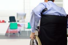 Бизнесмен кресло-коляскы на офисе Стоковая Фотография RF