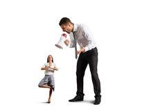 Бизнесмен кричащий на малой спокойной женщине Стоковые Фото