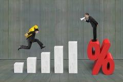 Бизнесмен крича на метке процента другой доллар нося Стоковая Фотография