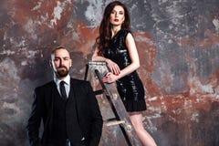 Бизнесмен крупного плана бородатый и женщина имбиря стоя на старом ste стоковые изображения