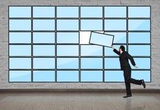 Бизнесмен кладет панель плазмы Стоковые Изображения RF