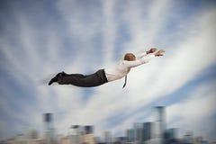 Бизнесмен летая супер героя Стоковая Фотография